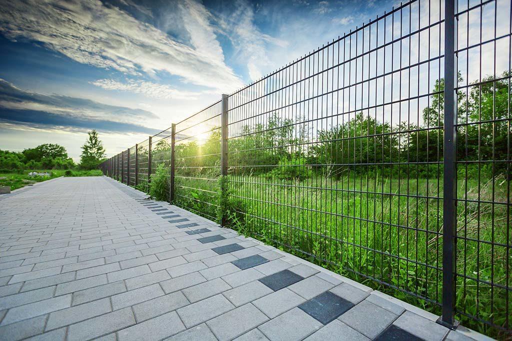 ogrodzenie-panelowe-2d-chodnik-1024x683