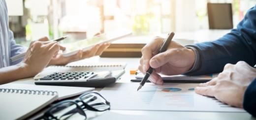 imprenditore-finanziario-e-segretario-che-fa-rapporto-calcolo-o-controllo-equilibrio-documento-di-controllo-dell-39-ispettore-interno-del-servizio-di-revenue-concetto-di-audit_1423-127